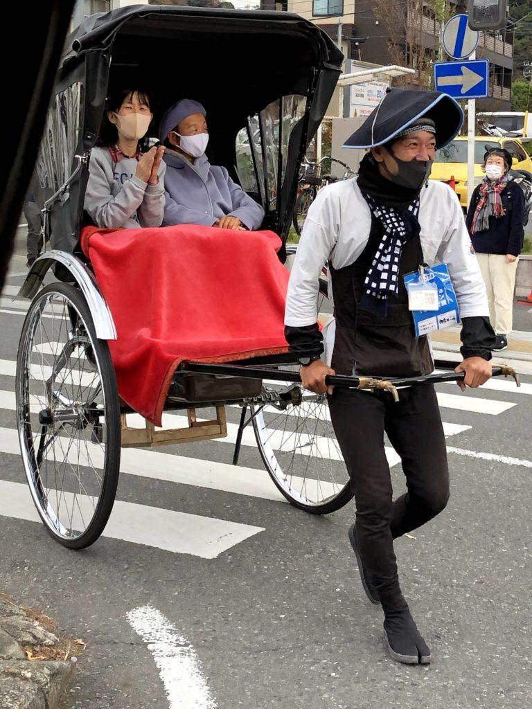 介護付き旅行サービス東京さんぽで行く鎌倉kamakura えびす屋さんの俥夫さんの軽妙なトークが冴えわたる